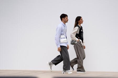 Cómo combinar unas zapatillas deportivas en tu look para ir al trabajo derrochando estilo