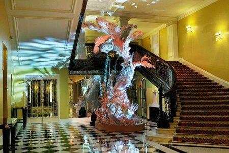 Galliano y su árbol de navidad para una mujer de hielo, en el hotel Claridge