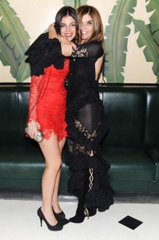 Rojo, corto y de encaje ¿qué es?...el vestido de Julia Restoin-Roitfeld (y la nueva tendencia para las fiestas)