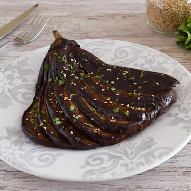 Berenjenas asadas en abanico marinadas: receta muy especiada para una verdura jugosísima