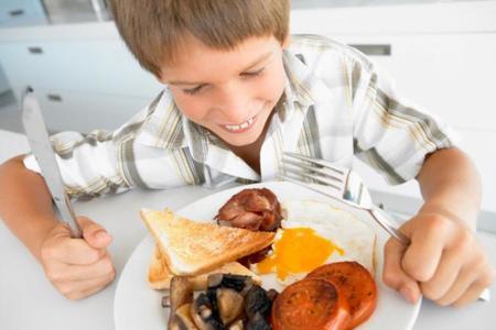 Niño comiendo demasiadas proteinas