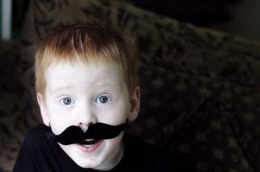 Un divertido taller infantil en Gijón: autorretratos con bigote