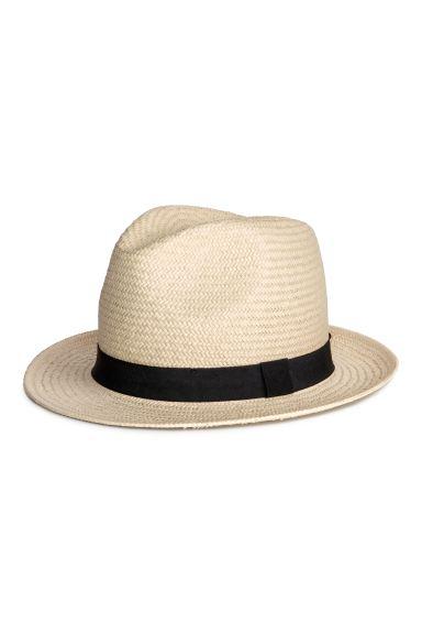 Sombrero en paja trenzada con tira de grosgrain alrededor de la copa. Ancho del ala 5,5 cm.