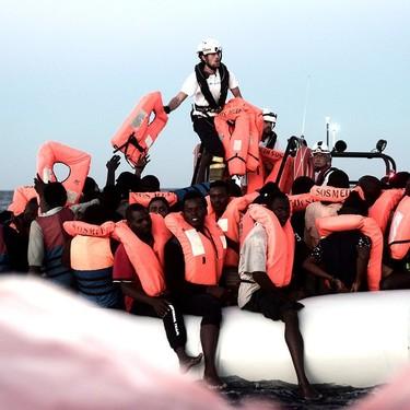 Benetton incendia la actualidad utilizando una imagen de los refugiados del Aquarius en su publicidad