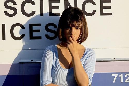 Selena Gomez estrena nuevo videoclip, pero todo lo que podemos mirar es su corte bob noventero