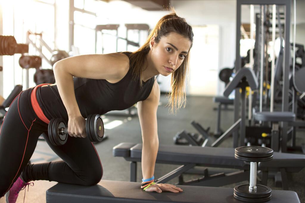 Todo lo que necesitas saber antes de empezar a entrenar en el gimnasio: cómo empezar, qué rutinas te convienen más, cuántos días entrenar y mucho más