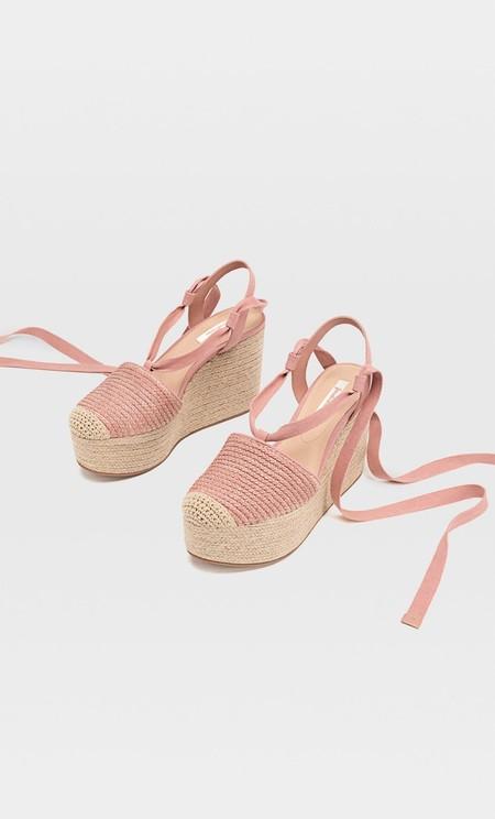 https://www.stradivarius.com/es/nueva-colecci%C3%B3n/zapatos/compra-por-producto/rafia/sandalias-tac%C3%B3n-acordonadas-c1020227574p301540613.html?colorId=111