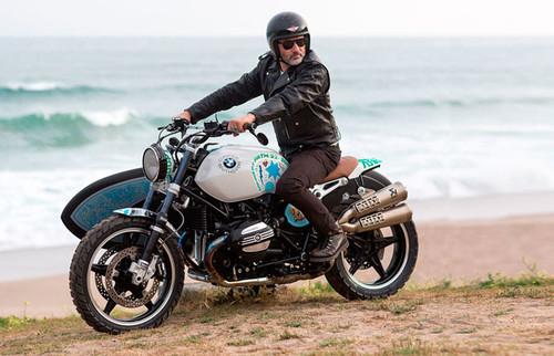 ¿Vamos a la playa a surfear? ¡No! ¡Con la furgoneta no! ¡En moto!