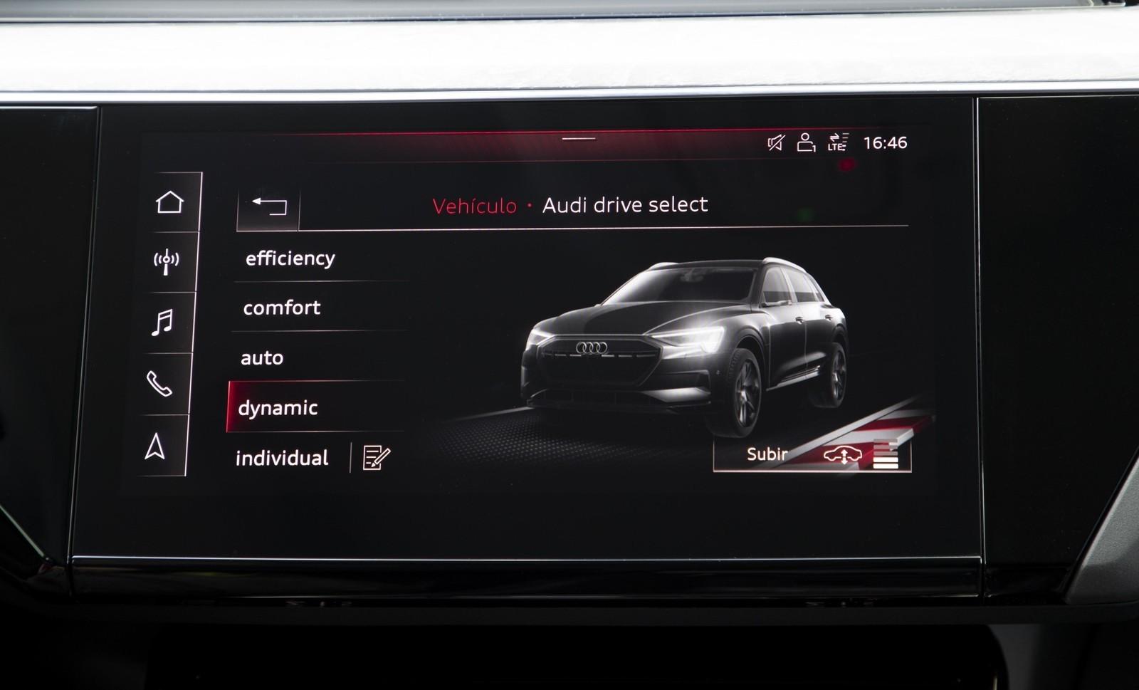 Foto de Audi e-tron (76/111)