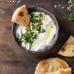 Cómo hacer labneh, el delicioso queso de yogur imprescindible en Oriente Medio con mil usos en la cocina