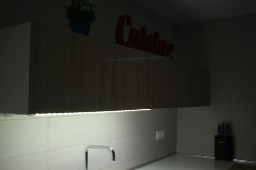 Así he añadido luces LED en algunas zonas del piso sin necesidad de usar cables o realizar complejas instalaciones