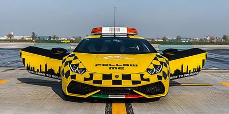 El Lamborghini que dejó los circuitos para llegar a las pistas de aterrizaje, un guía muy particular