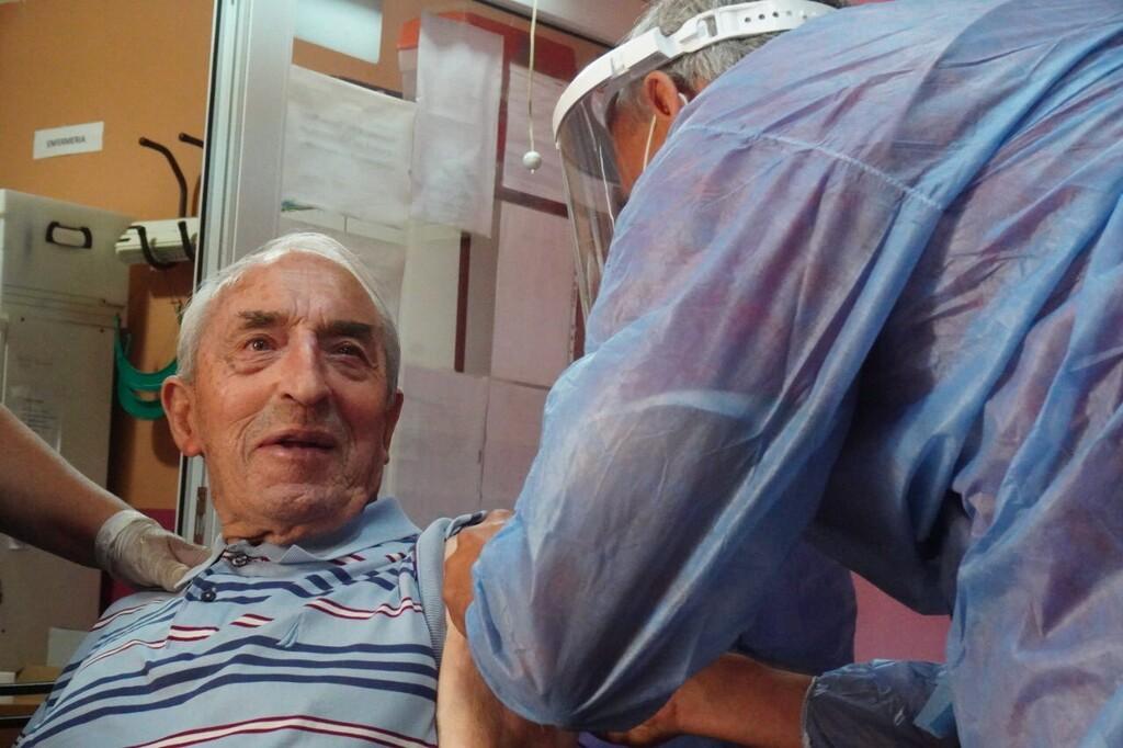 La fuerza de las vacunas ya se deja ver también en España: en menos de un mes, los contagios caen un 95% en las residencias y es solo el principio