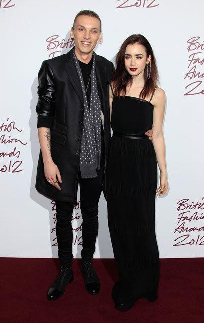 Sorpresas de alfombra roja: Lily Collins y Jamie Campbell Bower, juntos