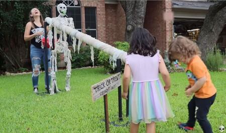 Un tobogán para lanzar caramelos en Halloween: unos padres nos explican cómo fabricarlo y así mantener la distancia de seguridad