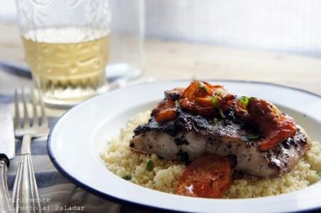 Bacalao con tapenade de aceitunas negras y tomates, receta
