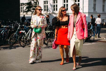 Las chicas de moda lo tienen claro: este otoño 2021 se llevan los trajes estampados