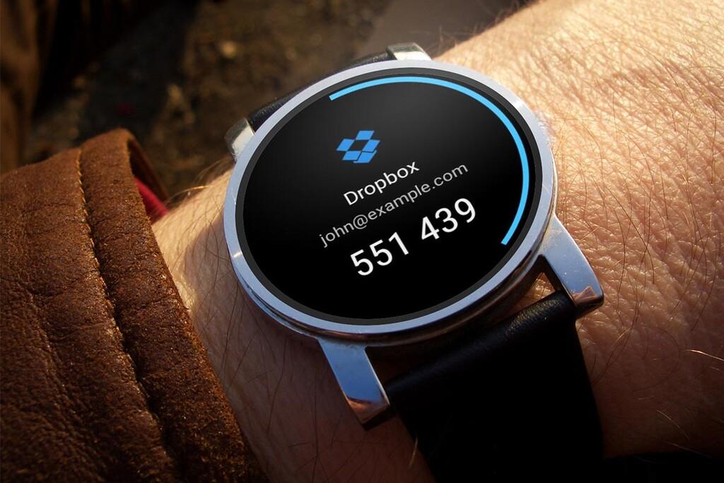 Los códigos de comprobación en tus pasos en tu smartwatch con Authenticator Pro, semenjante con Wear OS