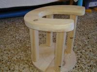 Un artesano de Teruel hace sillas de parto de madera
