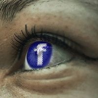 Las personas cuya foto de perfil en Facebook es de ella junto a su pareja tienen miedo al rechazo