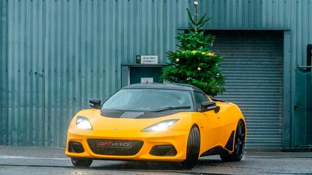 Lotus nos felicita las fiestas quemando rueda con un Evora GT410 Sport que lleva un árbol de Navidad