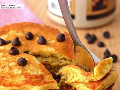 Hot cakes esponjosos con chispas de chocolate. Receta