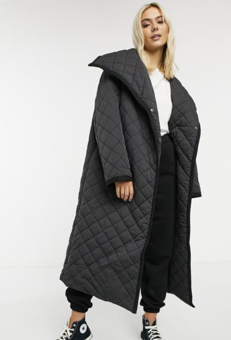 Abrigo largo acolchado con diseño de rombos en negro de ASOS DESIGN