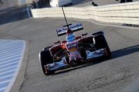 Kevin Magnussen llega y lidera. Alonso debuta ante 10.000 aficionados en Jerez