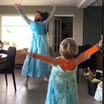 El divertido vídeo viral de un baile entre padre e hijo, al ritmo de la canción de 'Frozen' y disfrazados como Elsa
