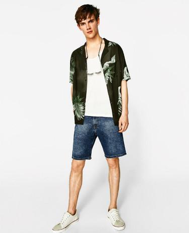 Las camisas de seda y manga corta con aspecto de pijama: o te compras media docena o no tienes nada que hacer este verano