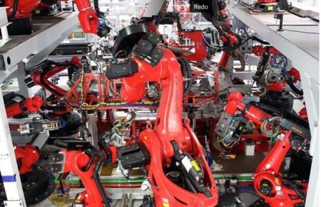 Parece increíble pero el nuevo Tesla Model X se encuentra bajo este enjambre de robots que lo fabrican