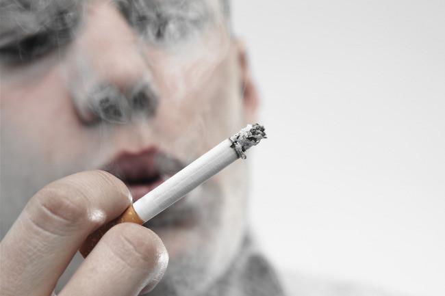 Pelirroja rizada fumando mucho