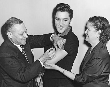 Elvis Presley recibe la vacuna contra la polio en el Show de Ed Sullivan.