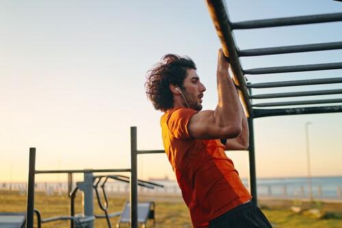 Rutina de entrenamiento en una barra de dominadas con ejercicios para trabajar brazos, hombros, espalda y core