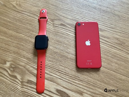 iPhone se con Apple Watch rojo