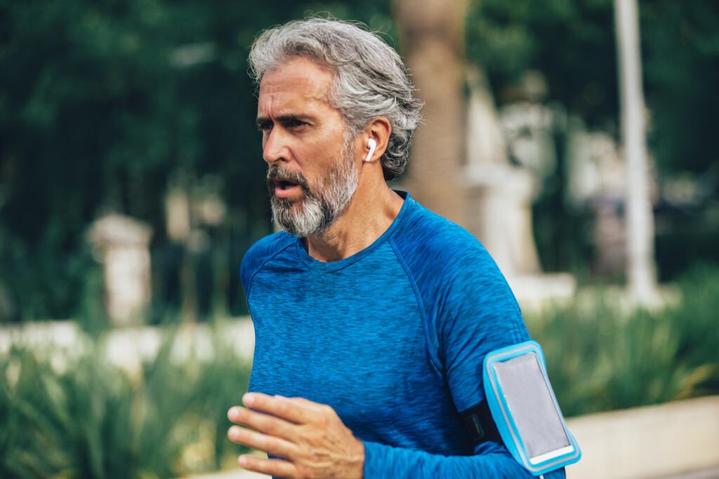 11 auriculares bluetooth que regalar en el Día del Padre para que escuche música practicando running
