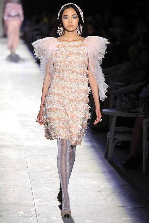 Foto de Chanel Alta Costura Otoño-Invierno 2012/2013: rosa, gris, brillos y nuevo vintage (18/61)