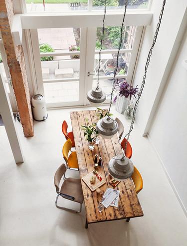 Puertas abiertas: una vivienda en Rotterdam de techos altos y colores tranquilos