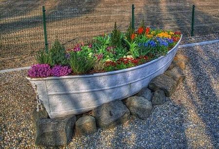 Recicladecoración:  convertir en macetero una vieja barca