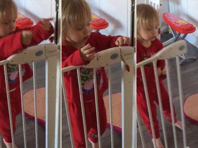 La increíble habilidad de una niña de dos años para abrir una barrera de seguridad... ¡con un collar!