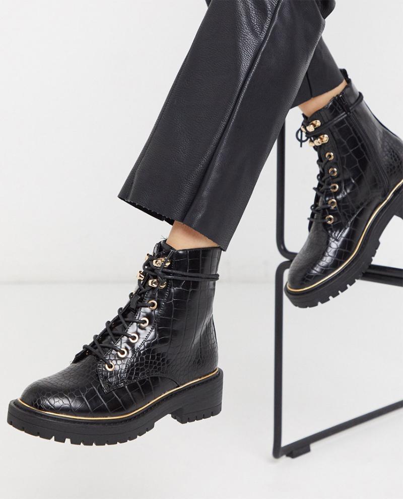 Botas planas en negro cocodrilo con cordones y suela gruesa de New Look
