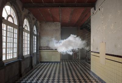 Berndnaut Smilde crea mini nubes en interiores y las fotografía
