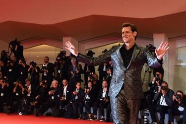Jim Carrey nos deslumbra con un look metálico con toque Western en Venecia