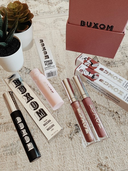 Ahora ya sabemos porqué los glosses de BUXOM son los más vendidos de Estados Unidos: probamos sus básicos de maquillaje