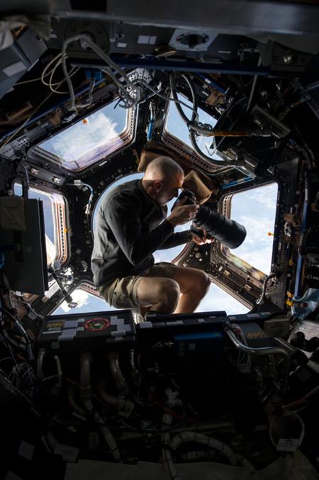 Chris Cassidy fotografiando con un teleobjetivo de 400mm