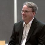 """Linus Torvalds no se rinde: """"Podría seguir otros 25 años trabajando para que Linux conquiste el escritorio"""""""