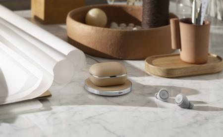 Bang & Olufsen cuida la estética de sus auriculares Beoplay E8 con una nueva funda acabada en piel