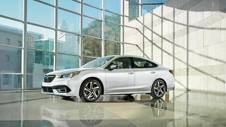 Este es el nuevo Subaru Legacy Sedan, que estrena motor bóxer turbo y pantalla vertical al estilo tablet