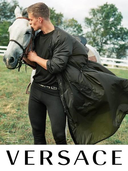 Versace también utiliza animales en su campaña SS2017