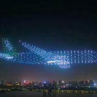 """Estos 800 drones forman un gigantesco """"avión fantasma"""" para iluminar el cielo nocturno de China"""